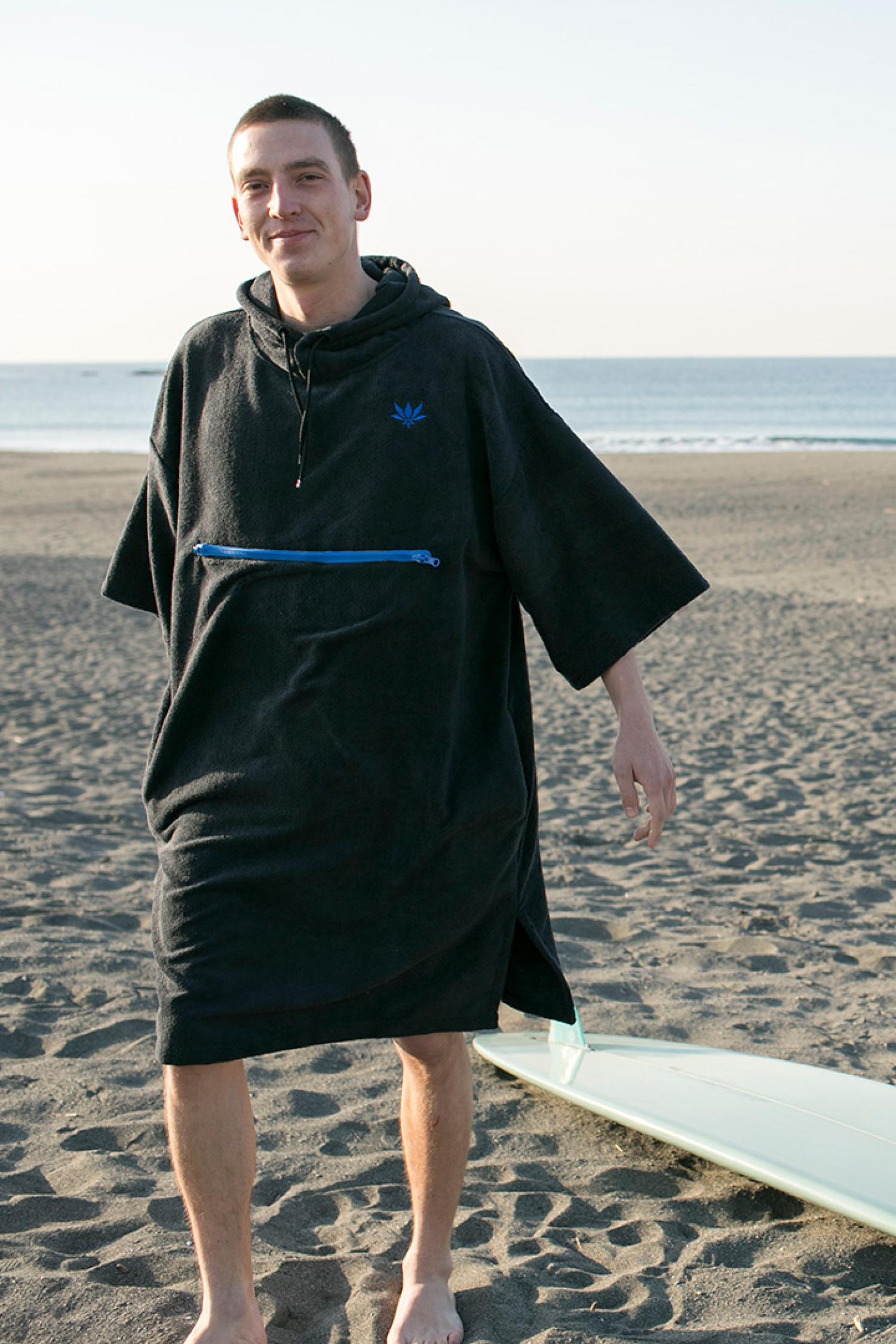 "Packable poncho of collaboration item with magazine ""Blue""."